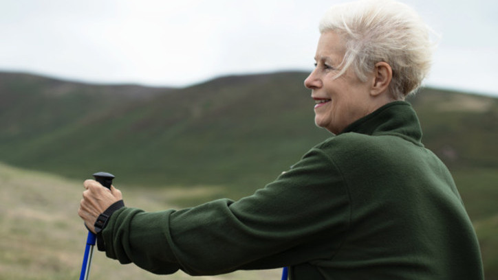 beneficios-del-ejercicio-fisico-mujer-anciana-caminando