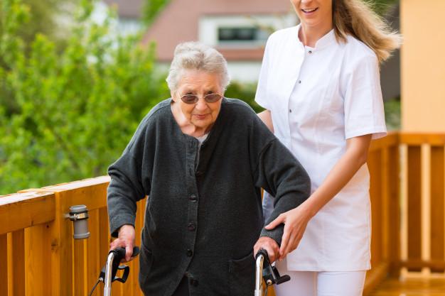 beneficios-ejercicio-fisico-ancianos-caminando